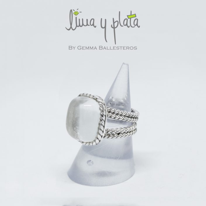 anillo de plata con cristal